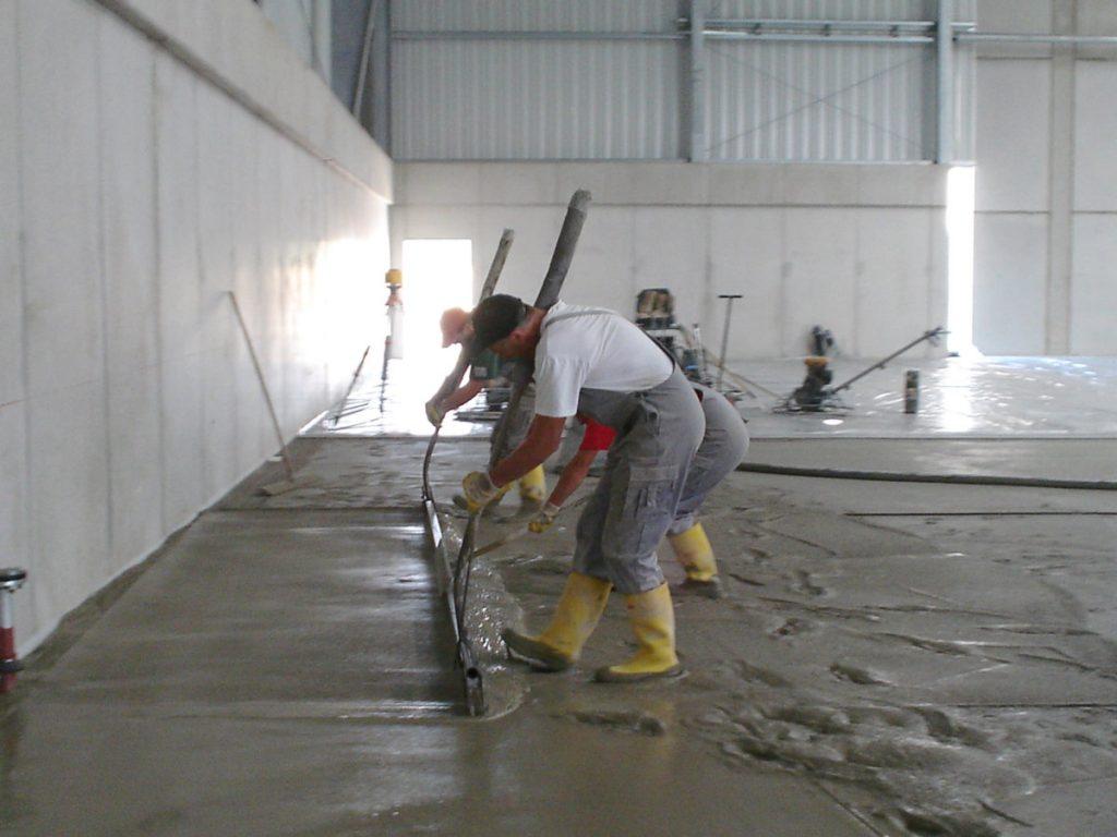 Condulith-Industrieboden Hartstoffschicht aufbringen
